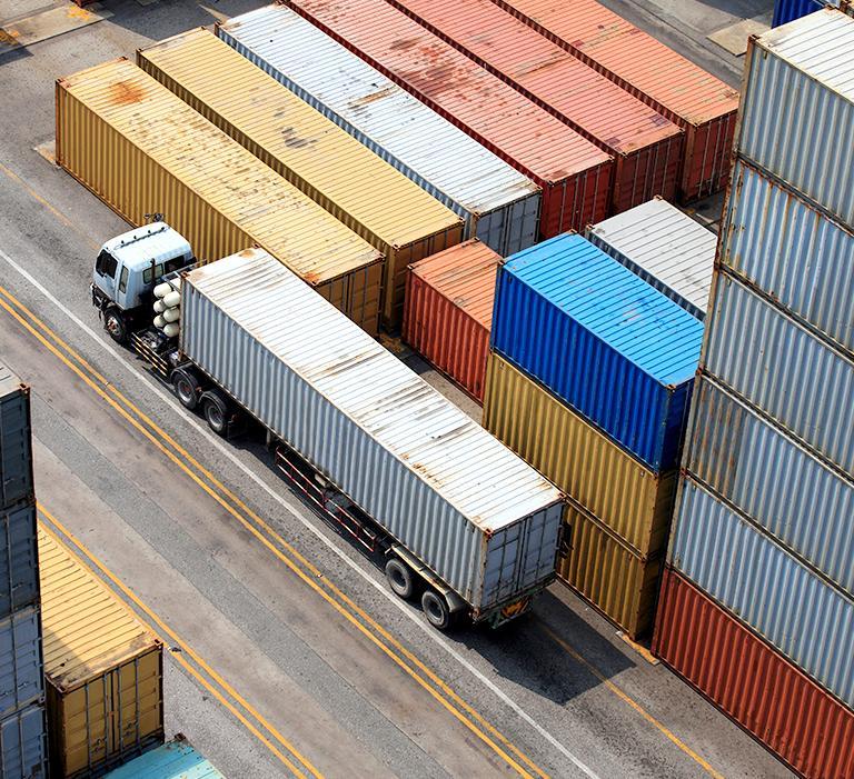 Kamión vedľa kontajnerov